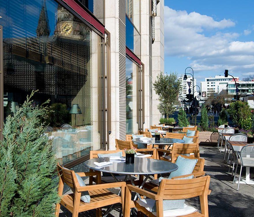 Restaurant Roca mit Terrasse und Blick auf die Kaiser-Wilhelm-Gedächtniskirche Berlin