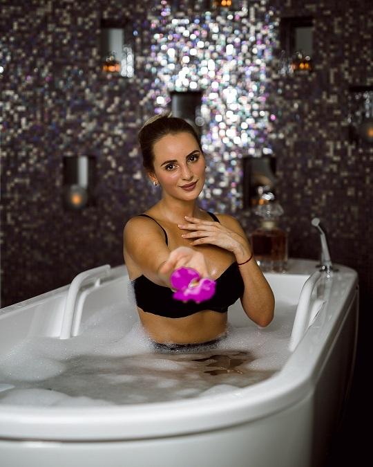 Gast genießt Hydrotherapie im Guerlain Spa Berlin