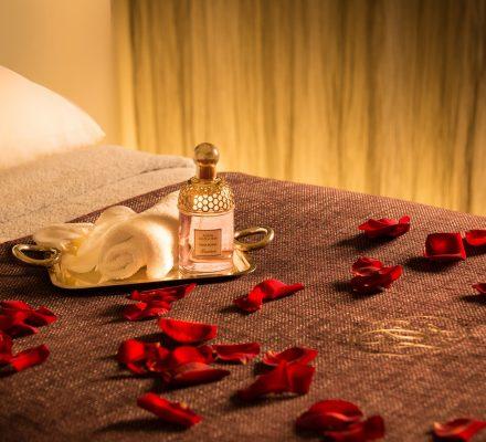 Treatment Raum im Guerlain Spa Berlin romantisch dekoriert zum Valentinstag